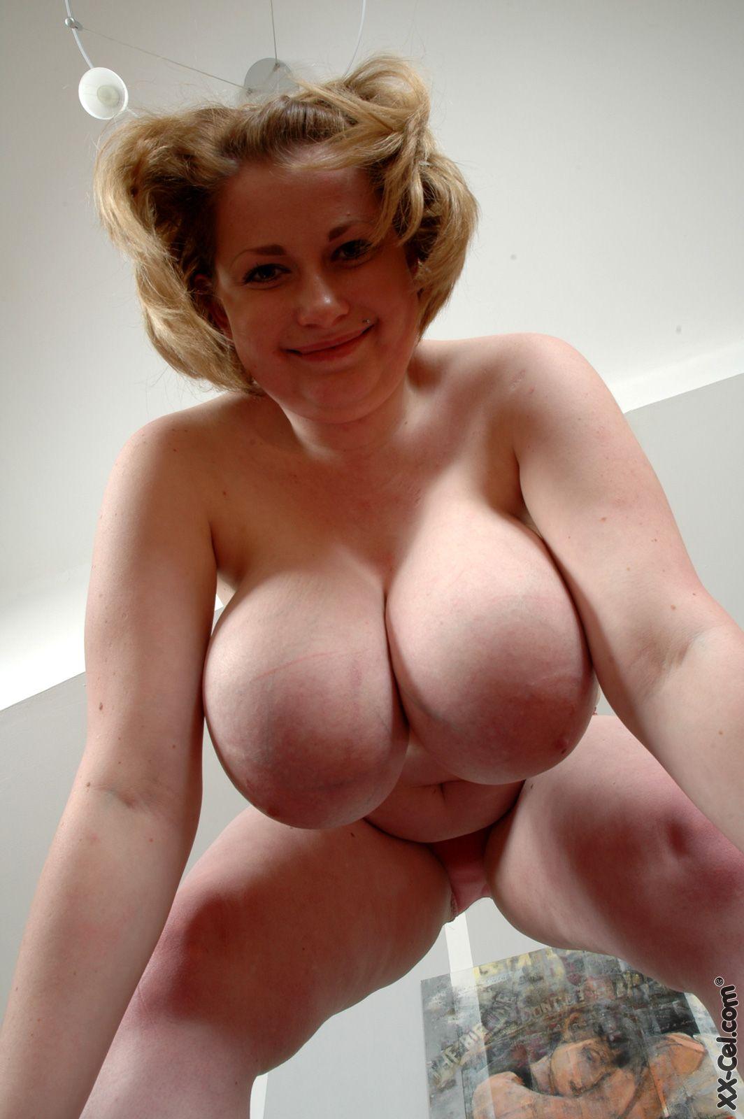 Огромные груди болтаются